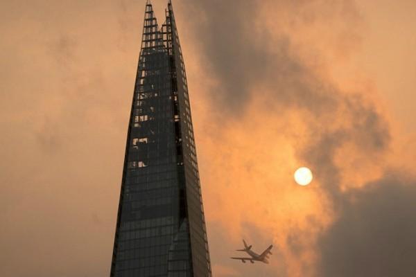 Το Λονδίνο θύμισε...Star Wars! Οι εντυπωσιακές εικόνες από τον ουρανό του (Photos)