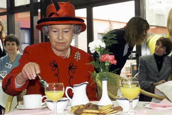 Ο σεφ της βασίλισσας Ελισάβετ αποκαλύπτει τι της αρέσει να... τρώει! Τα δημητριακά και οι κακές συνήθειες με τα... τάπερ (Photos)