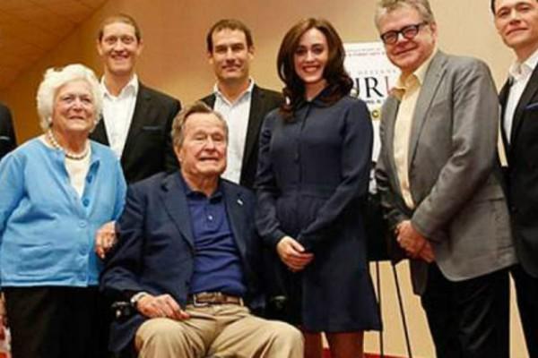 Ο Τζορτζ Μπους στο αναπηρικό καροτσάκι χούφτωσε ηθοποιό και της είπε και ένα... «βρώμικο» αστείο!