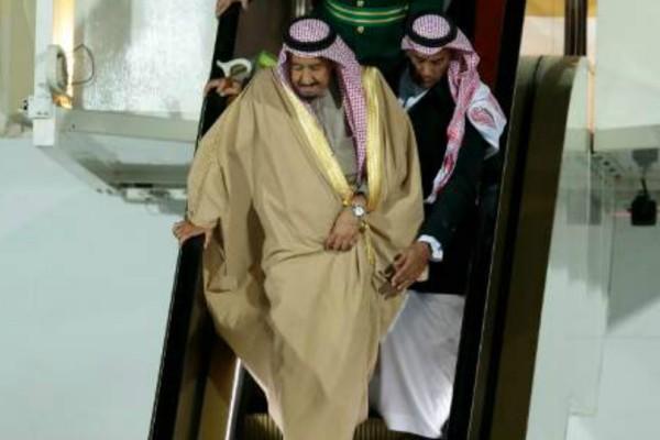 Επικό fail: Όταν σταμάτησε ρυσή κυλιόμενη σκάλα του αεροπλάνου σταμάτησε ξαφνικά και ο βασιλιάς της Σαουδικής Αραβίας... «πάγωσε»! (video)