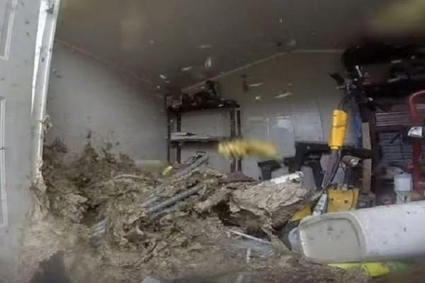 Τρομερό βίντεο: Πώς μια αποθήκη μετατράπηκε σε μία τεράστια... σφηκοφωλιά (Video)