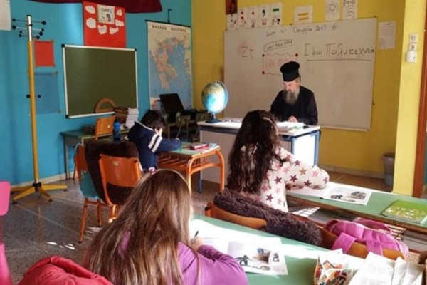 Συγκλονιστικό: Χωρίς δάσκαλο στα Τζουμέρκα! Σε ρόλο δασκάλου ο... ιερέας του χωριού!