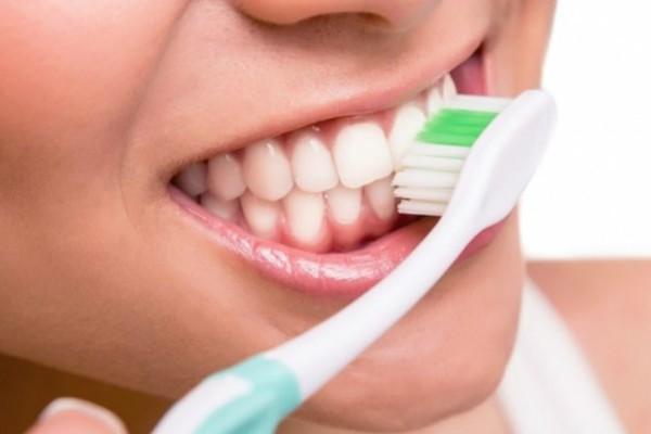 Το επικίνδυνο για την υγεία σου λάθος που σίγουρα κάνεις και εσύ με την οδοντόβουρτσά σου!