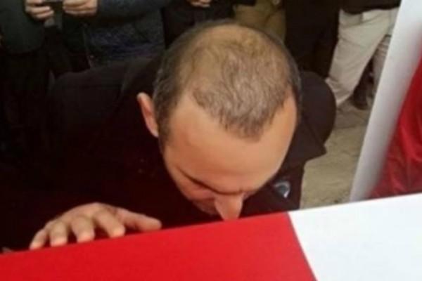 Συγκλονιστική στιγμή: Ο Βαλέριος Λεωνίδης στην κηδεία του Σουλεϊμάνογλου σκύβει και φιλά το φέρετρο (video)