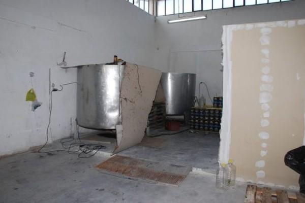Σάλος σε ελληνικό εργοστάσιο: Τεράστια υπόθεση νοθείας ελαιόλαδου αποκάλυψαν οι Αρχές! (photos)
