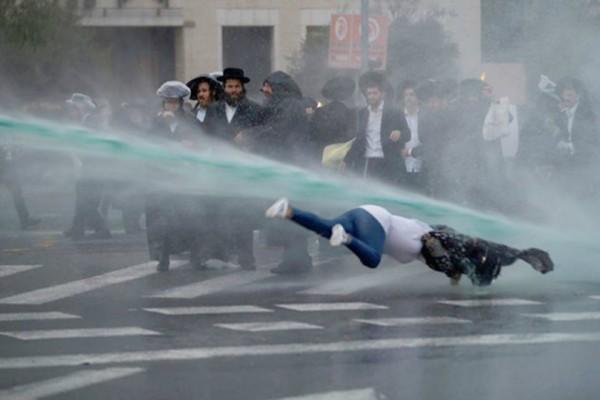 Σοκαριστικό βίντεο: Κανόνι νερού «εκτοξεύει» γυναίκα που περνά μπροστά από διαδηλωτές στην Ιερουσαλήμ
