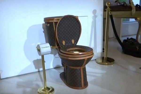 Πλάκα κάνεις  H πιο ακριβή τουαλέτα είναι φτιαγμένη από… 24 τσάντες Louis  Vuitton ( 870dcd90e42