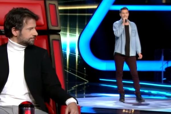 The Voice: Πήγε να τραγουδήσει σε δύο γλώσσες ταυτόχρονα και τα έκανε μαντάρα! (video)