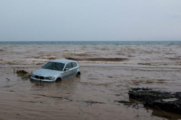 Η «Ευριδίκη» χτύπησε την «πόρτα» της Σύμης! - Ορμητικά νερά παρέσυραν 10 αυτοκίνητα! (Video)