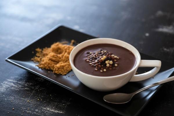 Σούπα σοκολάτας με αλμυρά κρουτόν και αχλάδι. Ακούγεται περίεργο αλλά είναι ωραίο!