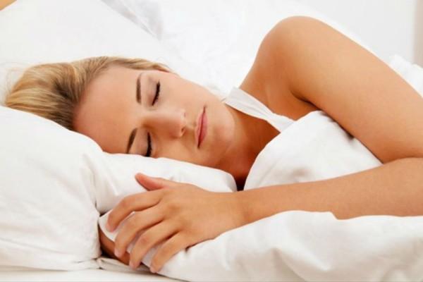 Μείωσε τις ρυτίδες με αυτό τον τρόπο ενώ κοιμάσαι!