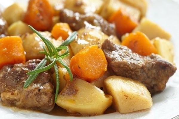 Η συνταγή της ημέρας: Μοσχαράκι λεμονάτο με πατάτες και καρότα