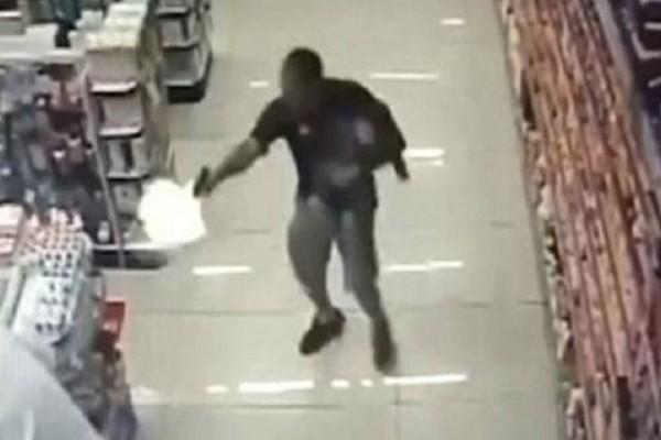 Συγκλονιστικό βίντεο: Αστυνομικός σκοτώνει ληστές κρατώντας τον γιο του αγκαλιά!