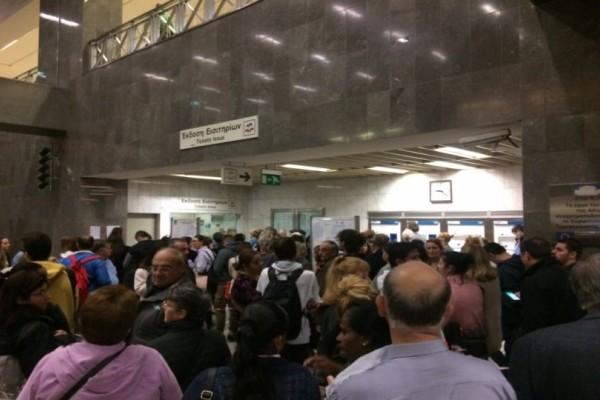 Ελληνάρας: Eπιβάτης δάγκωσε 2 γυναίκες που του πήραν τη σειρά για το ηλεκτρονικό εισιτήριο στον Ευαγγελισμό!