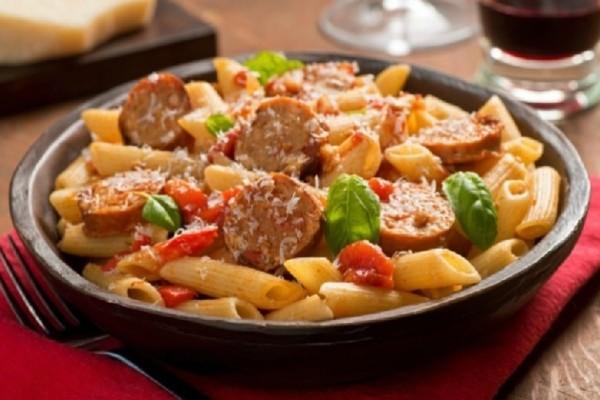 Η πιο νόστιμη και εύκολη συνταγή: Πένες με χωριάτικα λουκάνικα!