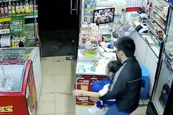 Σοκαριστικό βίντεο: Άνδρας μπήκε σε μαγαζί και άρπαξε ένα κοριτσάκι