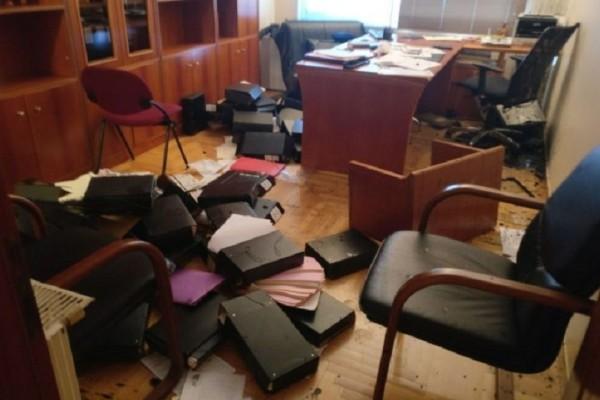 Άγνωστοι εισέβαλαν σε συμβολαιογραφικό γραφείο στα Εξάρχεια - Τα έκαναν «γυαλιά καρφιά»