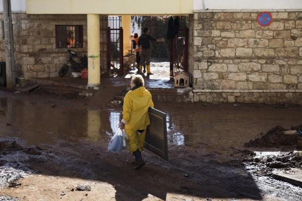 Μάχη με τις λάσπες δίνουν οι κάτοικοι της Μάνδρας 10 μέρες μετά τις φονικές πλημμύρες! (Photo)