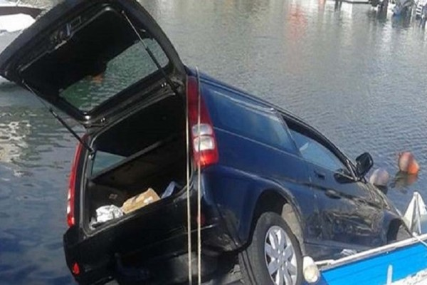 Απίστευτο ατύχημα: Αυτοκίνητο έπεσε στη μαρίνα Ζέας (Photo)