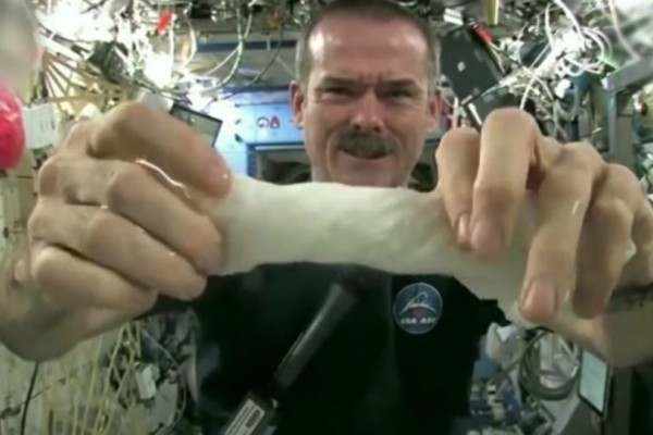 Θα μείνετε «κάγκελο»: Δείτε τι συμβαίνει όταν προσπαθείς να στύψεις μια βρεγμένη πετσέτα στο διάστημα (video)