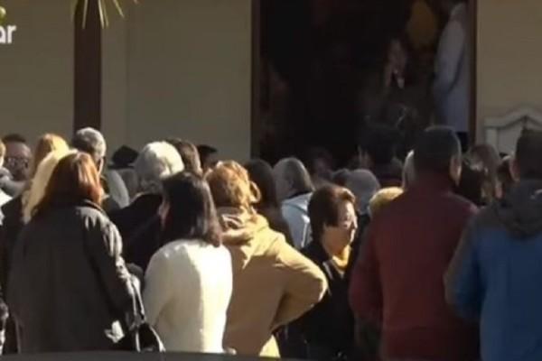 Οικογενειακό έγκλημα Νέα Σμύρνης: Ράγισαν καρδιές στην κηδεία των δίδυμων αγοριών! (Video)