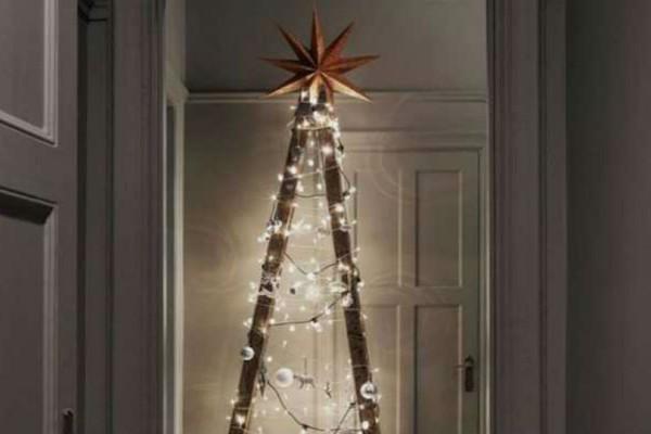 Στόλισε μια σκάλα αντί για δέντρο Χριστουγέννων!