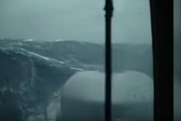 Συγκλονιστικό βίντεο: Υποβρύχιο με 44 μέλη δίνει «μάχη» με κύματα 10 μέτρων!