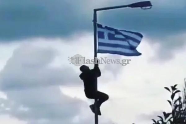 Σάλος στην Κρήτη: Μαθητής πήρε αποβολή γιατί ύψωσε την ελληνική σημαία σε στύλο φωτισμού!