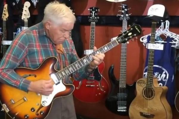 Απίστευτο βίντεο: 81χρονος κιθαρίστας σαρώνει το διαδίκτυο με το ταλέντο του!