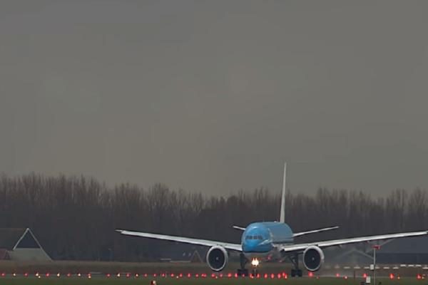 Τρομακτικό βίντεο: Δείτε την στιγμή που ένας κεραυνός χτυπά Boeing!