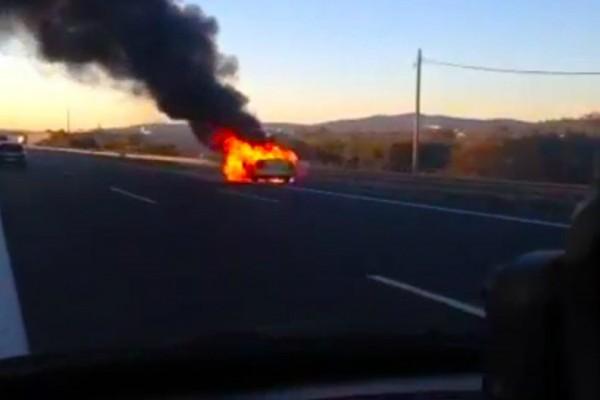 Θρίλερ στην Αττική Οδό: Στις φλόγες ταξί! Αγωνία για τον οδηγό... (video)