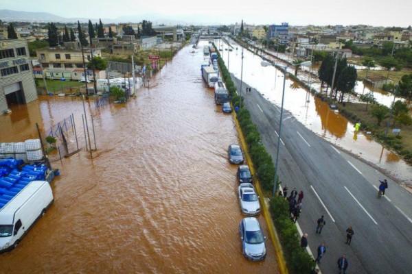 Σε κατάσταση απελπισίας ο δήμαρχος Μάνδρας: 2.000 νοικοκυριά καταστράφηκαν -Δεν μπορούμε να θάψουμε τους νεκρούς μας!