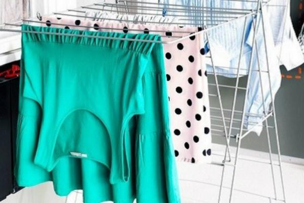 Μεγάλη προσοχή: Τι μπορεί να μας συμβεί όταν απλώνουμε τα ρούχα μέσα στο σπίτι;