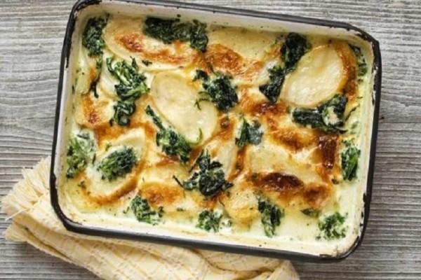 Είναι πανεύκολη και πεντανόστιμη: Φτιάξτε μια παραδοσιακή πίτα με σπανάκι και πατάτα!