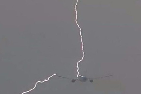 Βίντεο - σοκ: Κεραυνός χτυπάει αεροπλάνο λίγο μετά την απογείωση!