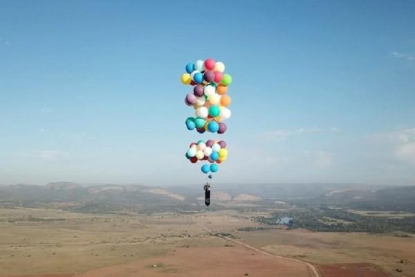 Απίστευτο θέαμα: Άνδρας κατάφερε να πετάξει δεμένος σε… μπαλόνια! (Video)