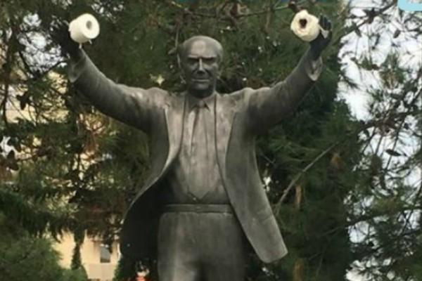 Αίσχος: Βανδάλισαν το άγαλμα του Ανδρέα Παπανδρέου στην Καλαμαριά με... χαρτί υγείας!