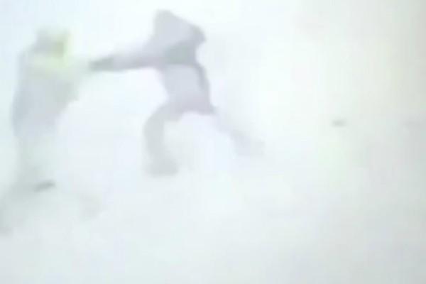 Σκληρές εικόνες: Ρώσοι στρατιώτες σκοτώνουν τρομοκράτη που τους επιτέθηκε με μαχαίρι (video)