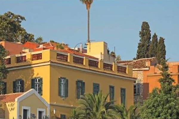 Το παλάτι Δαφέρμου: Το μεγαλοπρεπές σπίτι με τη θερμαινόμενη πισίνα και την απεριόριστη θέα βγαίνει στο «σφυρί»!
