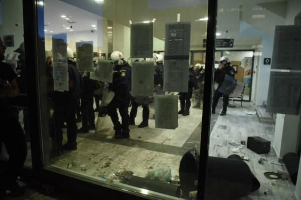«Πολιορκία» στο Ειρηνοδικείο: Διμοιρία των ΜΑΤ φυγάδευσε συμβολαιογράφους [εικόνες & βίντεο]