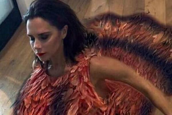 Τελικά η Βικτόρια Μπέκαμ έχει χιούμορ! Δείτε τι ντύθηκε για την ημέρα των Ευχαριστιών (Photo)
