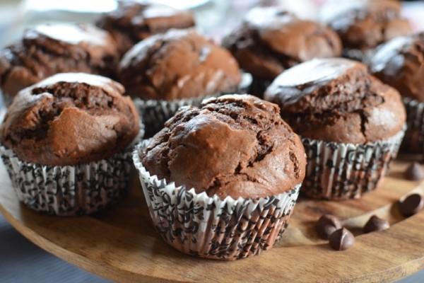 Αυτά είναι τα πιο ωραία σοκολατένια και ζουμερά muffins που έχετε δοκιμάσει!