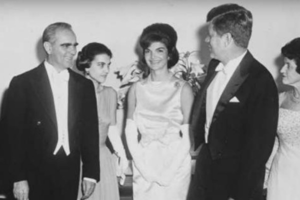 Φοβερές στιγμές από το παρελθόν: Όταν ο Καραμανλής και η Αμαλία Μεγαπάνου συνάντησαν τον Κένεντι και την Τζάκι (Photos+video)