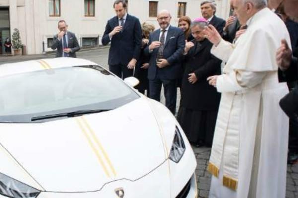 Ο Πάπας αρνήθηκε μια Lamborghini που του χάρισαν -Αλλά την ευλόγησε (Photos)