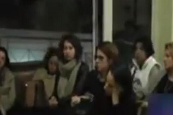 «Λύγισε» η μητέρα του Βαγγέλη Γιακουμάκη! Το γλυπτό στη μνήμη του γιου της που τη συγκίνησε (video)