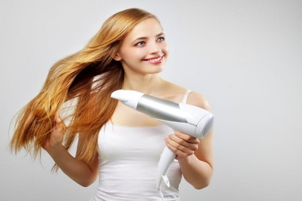 3 καθημερινά λάθη που κάνεις με το σεσουάρ μαλλιών και πρέπει να αποφύγεις!