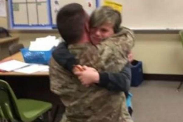 Στρατιώτης επιστρέφει μετά από 10 μήνες σπίτι του και κάνει την πιο συγκινητική έκπληξη στον γιο του (video)