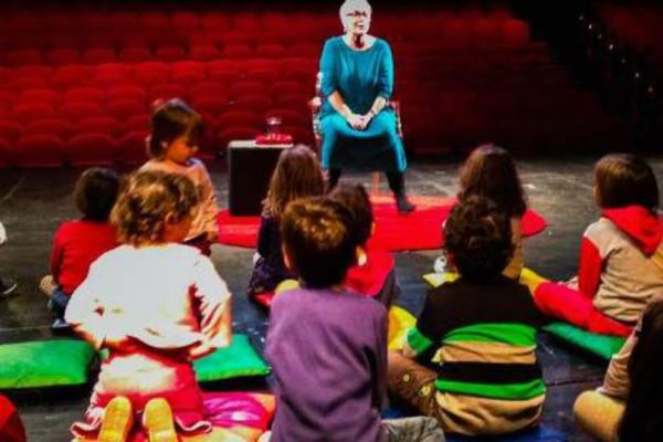 Η Ξένια Καλογεροπούλου αφηγείται παραμύθια σε παιδιά!
