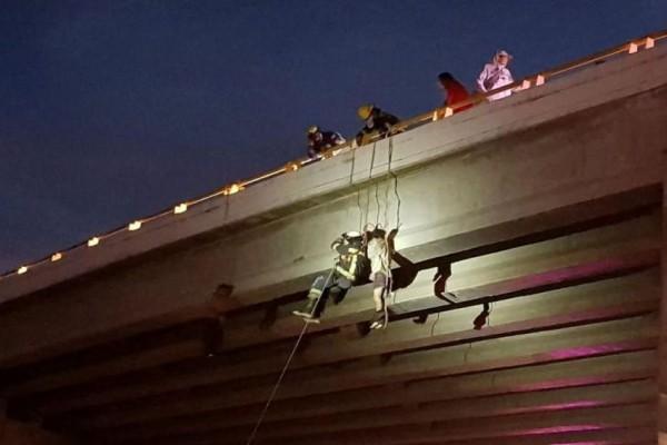 Φρίκη και αποτροπιασμός: Κρέμασαν έξι πτώματα από τρεις γέφυρες! (photos)