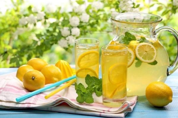 Κι όμως είναι η τέλεια λύση! - Η λεμονάδα που θα σας βοηθήσει με το φούσκωμα από το εορταστικό τραπέζι!